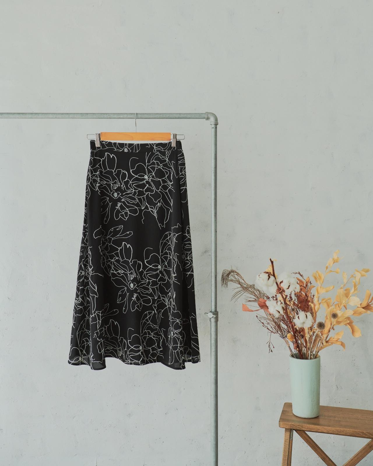 花柄モノトーンフレアコラボスカート-liberta-