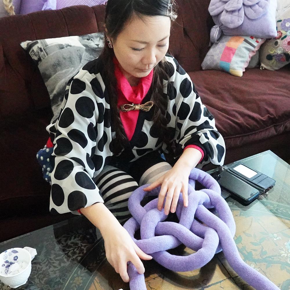 贅沢なカシミヤ100%糸で編んだリリヤンの組み紐クッション(「お花」)【直径約30cm】