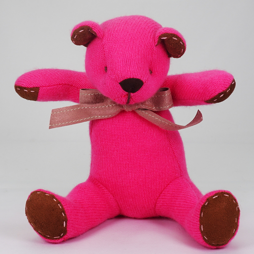 名入れ刺しゅうで、世界にひとつのカシミヤ・テディベア。ホットピンク色のフューシャ・キッドベア【24cm】