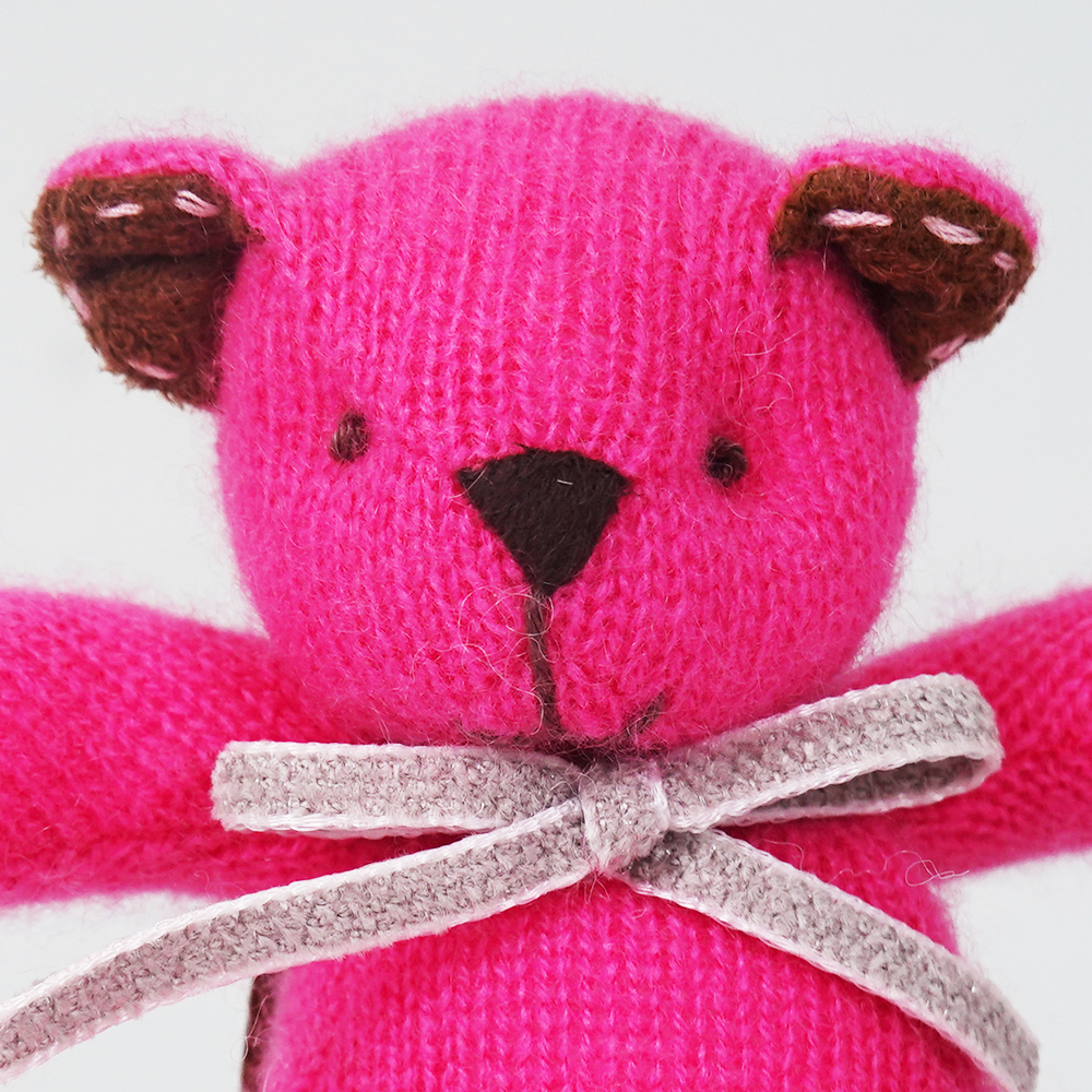 高級カシミヤ製ミニ・テディベア。ホットピンク色のフューシア・ミニ・ベア【12cm】
