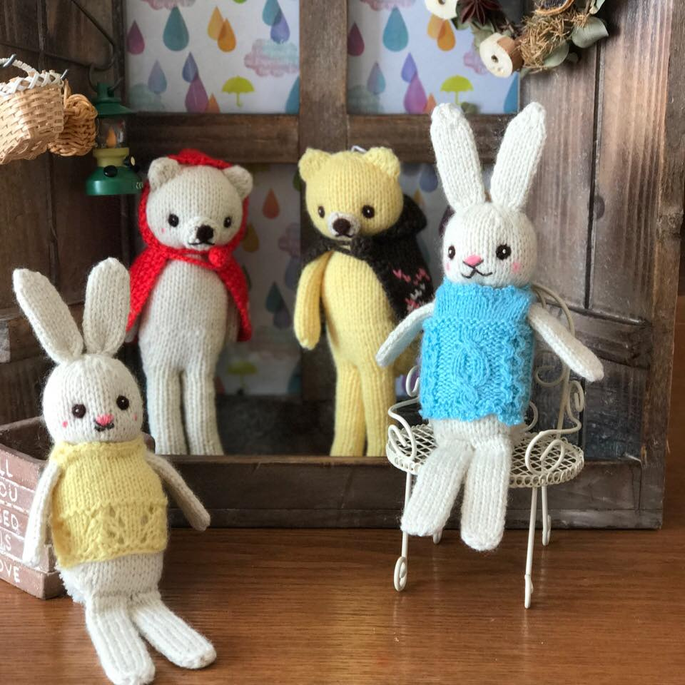 高級カシミヤの棒針の編みぐるみ。こげ茶のマントを羽織ったブラブラ・レモン・ベア【16cm】