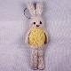 高級カシミヤの棒針の編みぐるみ。黄色いセーターを着たブラブラ・ポーラーうさぎ【20cm】