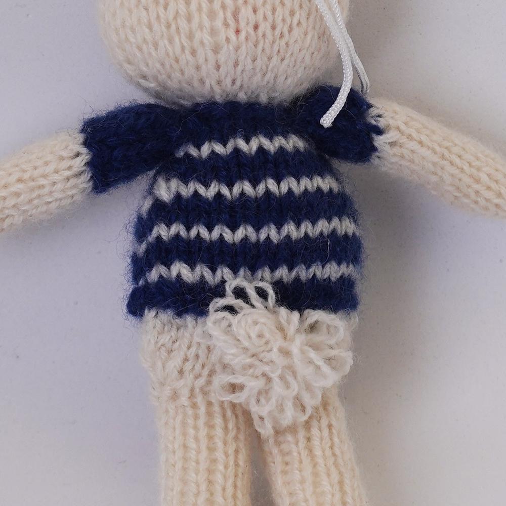 高級カシミヤの棒針の編みぐるみ。ネイビーとアイボリー色のセーターを着たブラブラ・ポーラーベア【12cm】