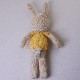 高級カシミヤの棒針の編みぐるみ。ハート柄の黄色いセーターを着たブラブラ・ポーラーうさぎ【13cm】