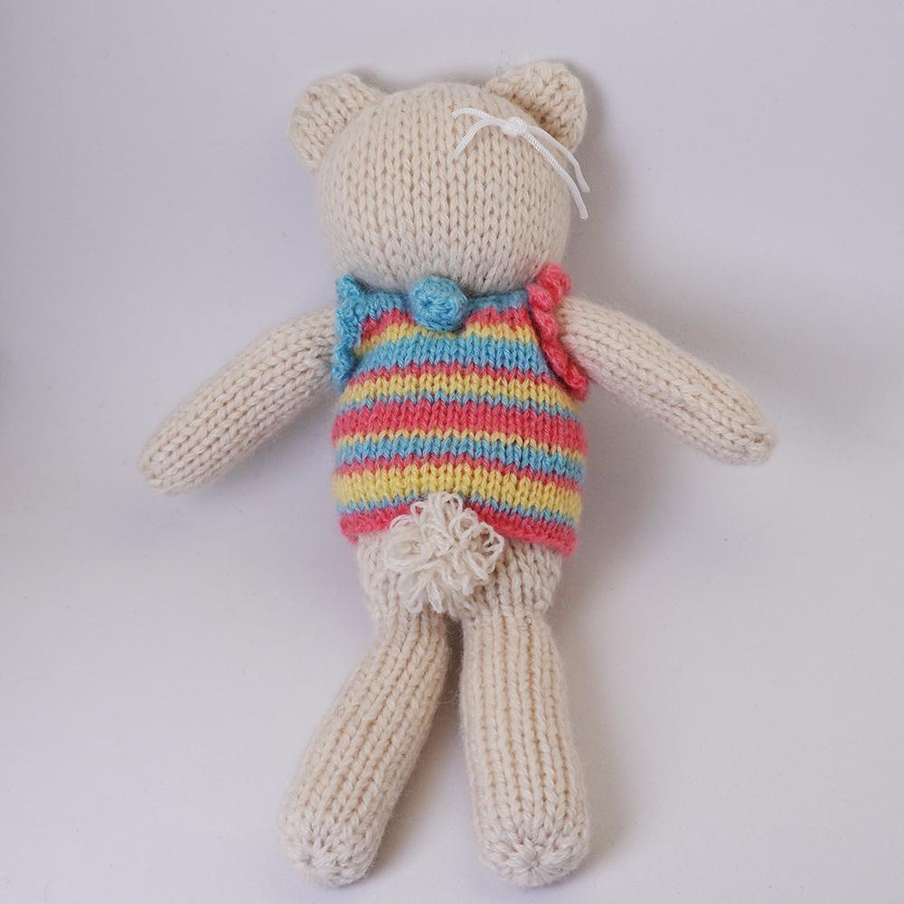 高級カシミヤの棒針の編みぐるみ。マルチボーダーのセーターを着たブラブラ・ポーラー・ベア【16cm】