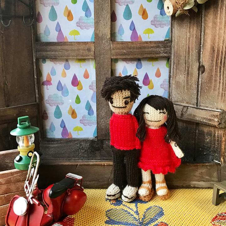 高級カシミヤの棒針の編みぐるみ。お揃いの赤いセーターを着たラブラブカップル【15cm】