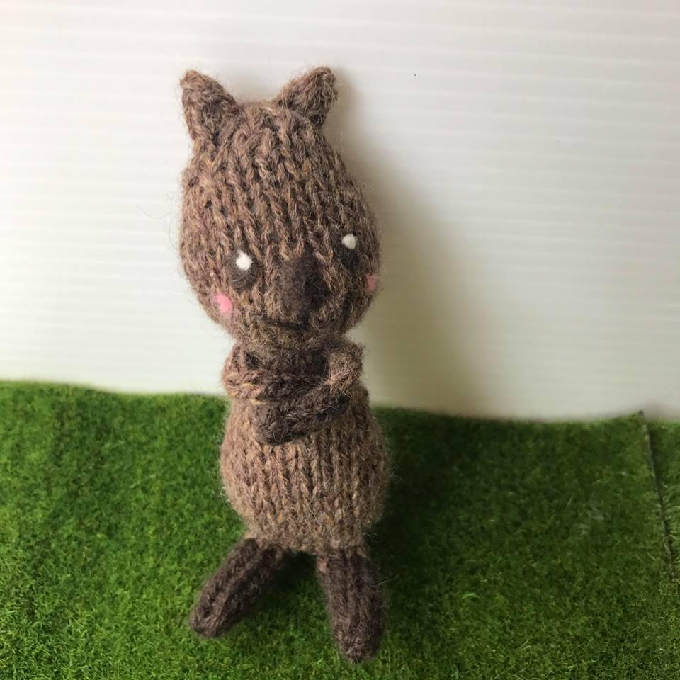 高級カシミヤの棒針の編みぐるみ。ピカチュウのモデル、カシミヤのクアッカワラビー【11cm】