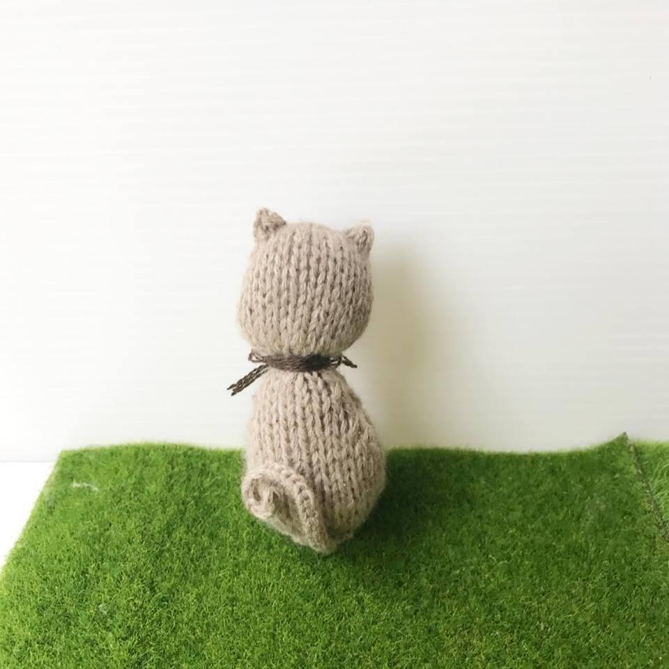 高級カシミヤの棒針の編みぐるみ。青い目の美猫、カシミヤのロシアンブルー【10cm】