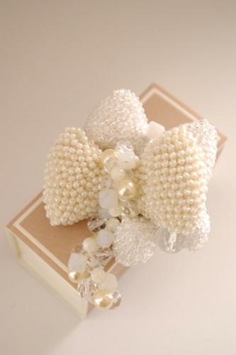 輪編みでつくる白いリボンブローチ (キット)