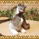 リアルなねこの置物 切り株と猫の親子 ホワイト&グレー レジン製ネコのフィギュア◇お部屋のインテリアにガーデニングの素材に