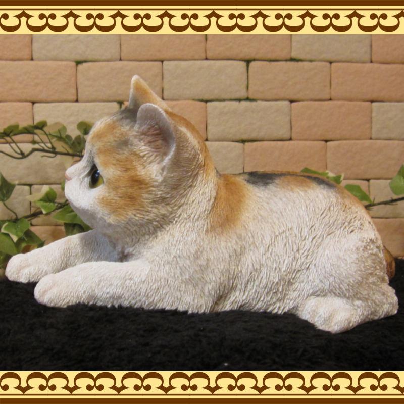 猫の置物 くつろぎベビーキャット ミケ ねこオブジェ レジン製 ネコフィギュア インテリア ガーデニング素材
