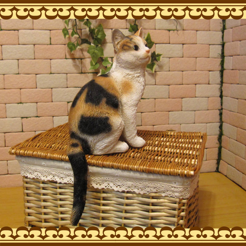 リアルなネコの置物 お座りキャット ミケ ねこのフィギュア 三毛猫オブジェ お部屋のインテリアにお庭のオーナメントとして