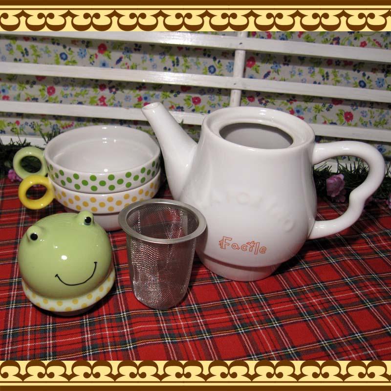 ポットからちょこんとカエルちゃんが♪ 茶こし付きティーポットとカップのセット