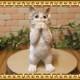 リアルなネコの置物 お願いキャット 1 ホワイト&グレー ねこのフィギュア 猫オブジェ◇お部屋のインテリアにお庭のオーナメントとしても♪
