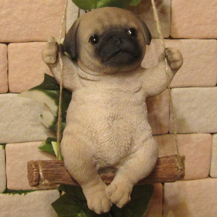 リアルな犬の置物 ブランコドッグ Bタイプ パグ いぬのフィギア イヌ ガーデン インテリア オーナメント◇お部屋のインテリアにお庭のオーナメントとしても♪