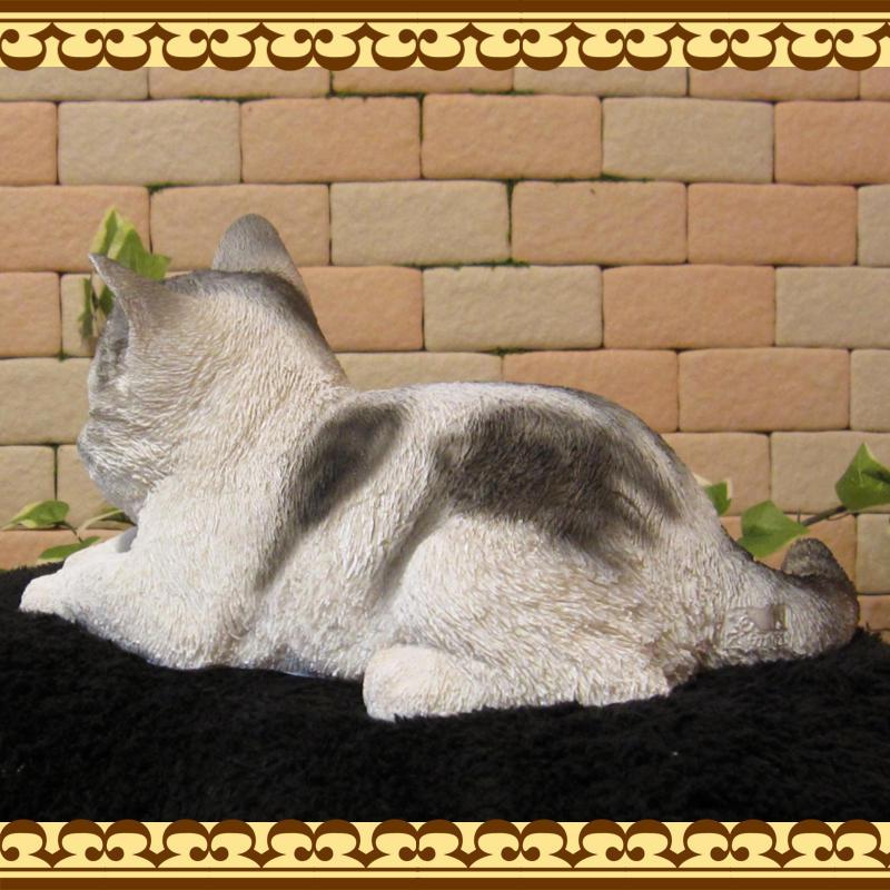 猫の置物 くつろぎベビーキャット ホワイト&グレー ねこオブジェ レジン製 ネコフィギュア インテリア ガーデニング素材