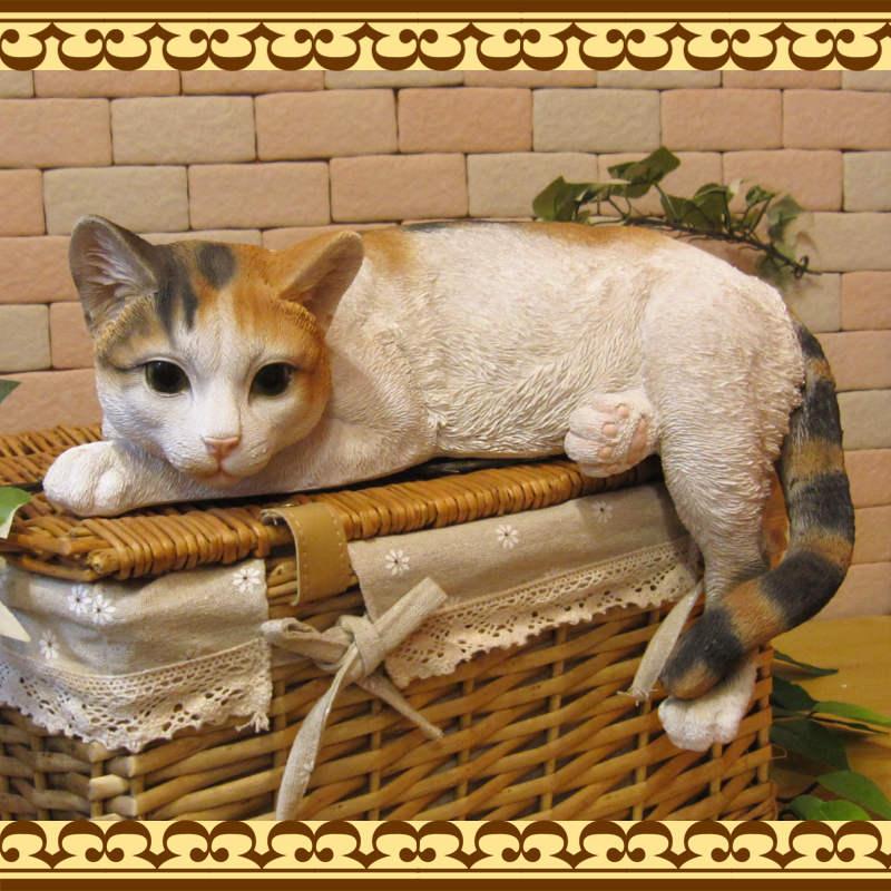 リアルなみけねこの置物 寝そべりキャット ビッグサイズ ミケ◇三毛猫のオブジェ ネコモチーフ フィギュア お部屋のインテリアにガーデニングの素材に