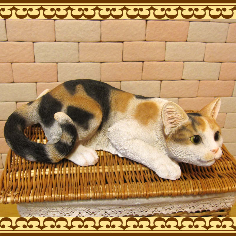 大きくてリアルなネコの置物 キャット 伏せ Bタイプ ミケ ねこのフィギュア 三毛猫オブジェ お部屋のインテリアにお庭のオーナメントとしても