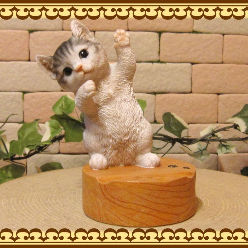 リアルな猫の置物 ホワイト&グレー スマホスタンド キャット Bタイプ 卓上 スマートフォン スマホホルダー お部屋のインテリアにお庭のオーナメントとしても♪  子ねこのフィギア ガーデニング オブジェ 玄関先