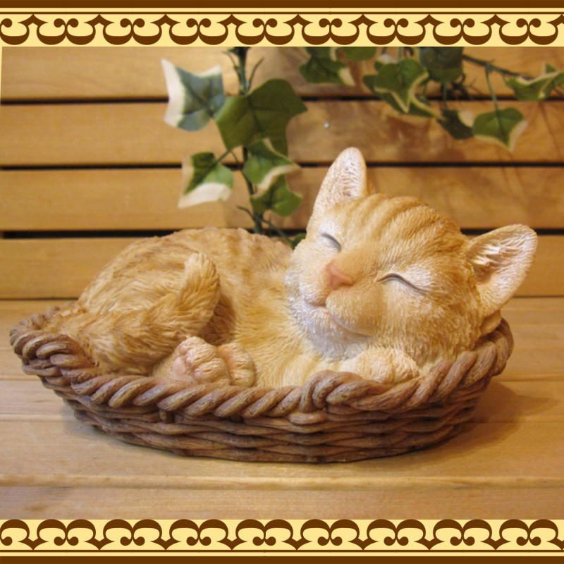 ◇お部屋のインテリアにガーデニングの素材にに リアルな子猫の置物 レジン製 バスケットキャット とら 子ネコのフィギア