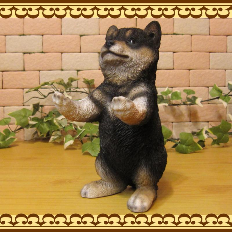 リアルな犬の置物 黒柴 お手伝い中! お部屋のインテリアにお庭のオーナメントとしても♪  子いぬのフィギア ガーデニング オブジェ 玄関先