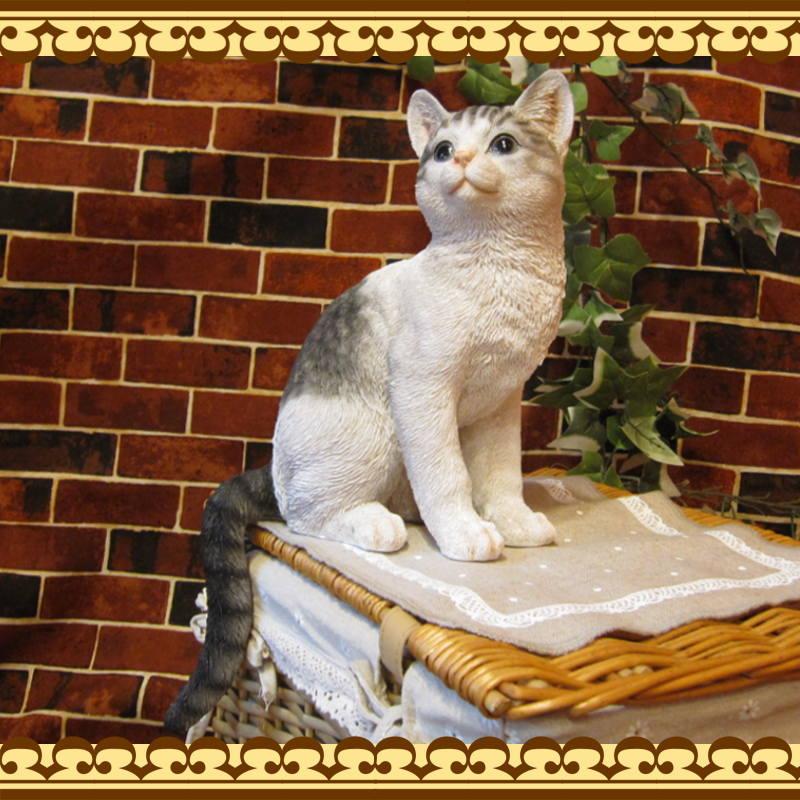 リアルなネコの置物 お座りキャット ホワイト&グレー ねこのフィギュア 猫オブジェ お部屋のインテリアにお庭のオーナメントとして