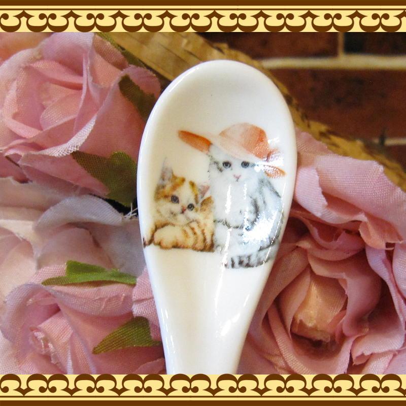 贈り物に最適♪ キャットA おしゃれした可愛いねこちゃん達ののイラストのスプーン付きマグカップ ギフトボックス付きです