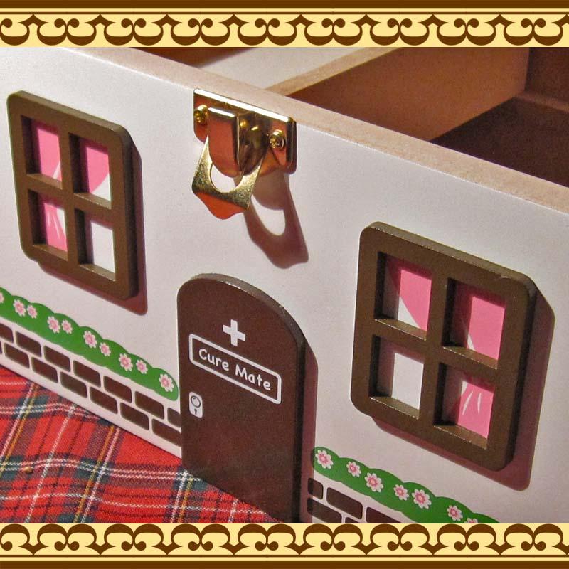 お薬やサプリメントを可愛く収納♪ お家の形をした救急箱