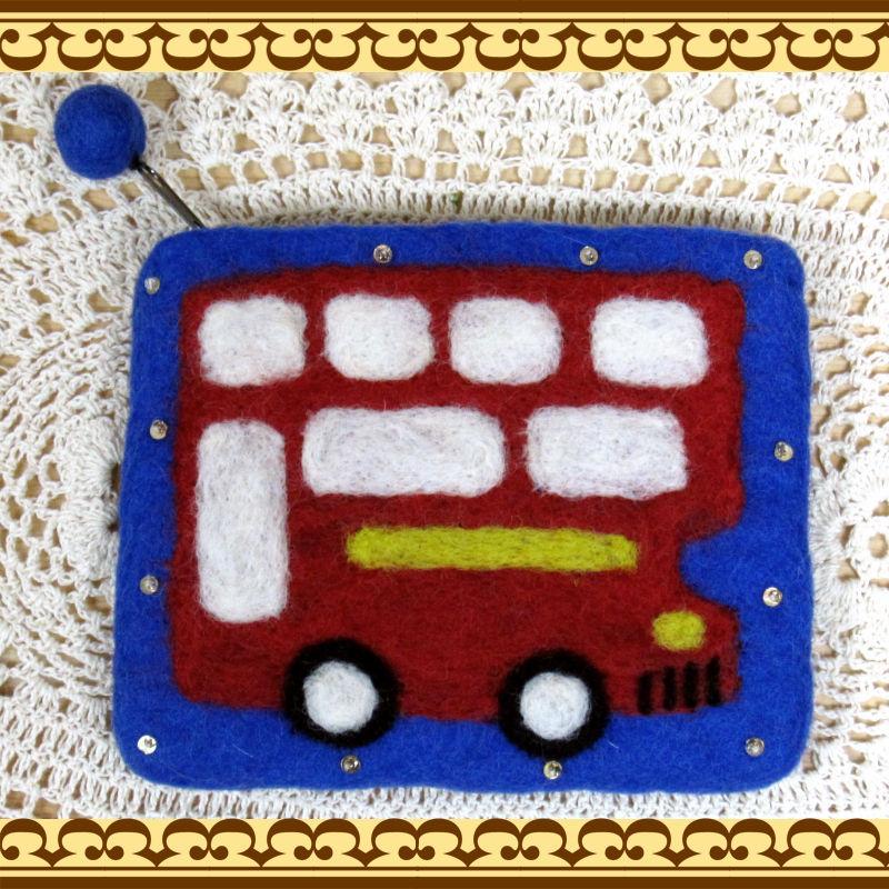 手作り感タップリ羊毛フェルト雑貨 ロンドンバスのフェルトポーチ コスメ道具入れにも