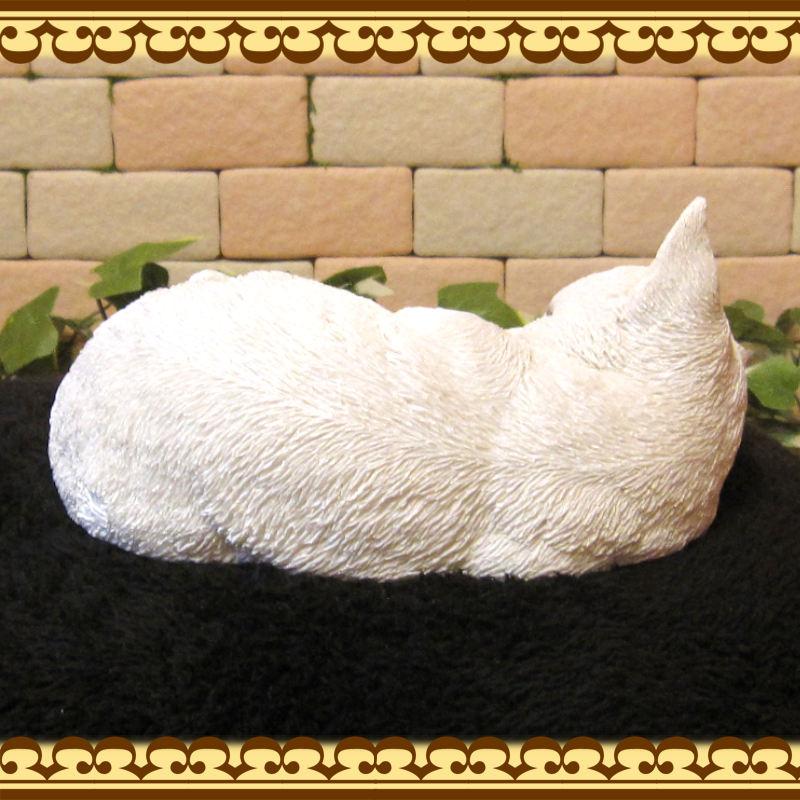 リアルなねこの置物 スリーピング ベビーキャット シロネコ レジン製ネコのフィギア 猫のオブジェ ガーデニング◇お部屋のインテリアにガーデニングの素材に