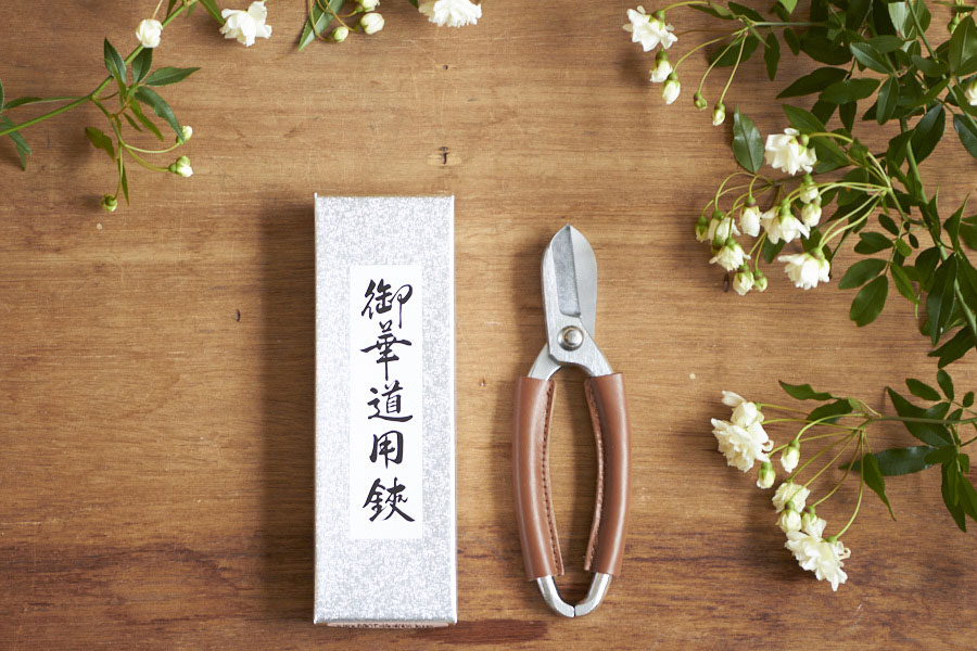NIKO FLOWERS+がおすすめする花鋏「坂源 レザーカスタムプロ」