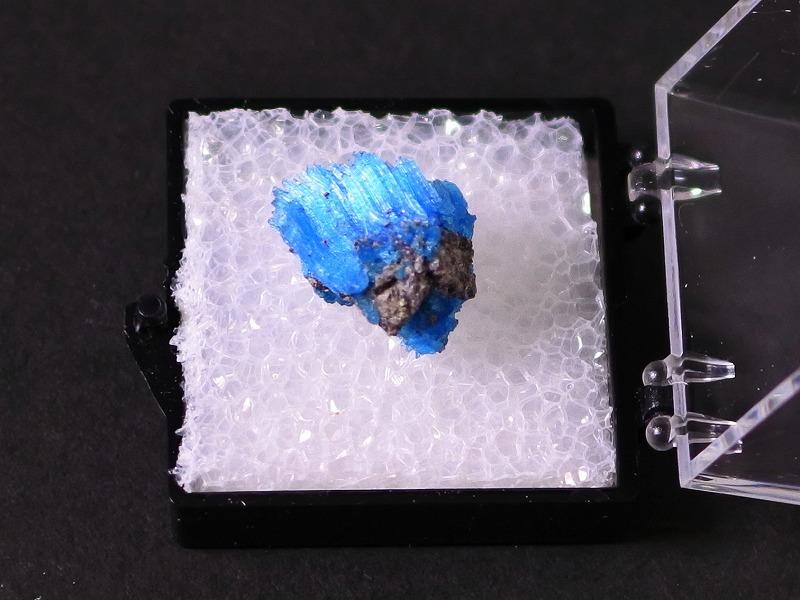 カルカンサイト 鮮やかな青色結晶 ケース付き -12