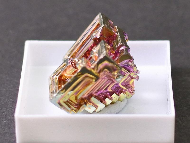 ビスマス結晶(人工) 虹色と幾何学模様 6-5