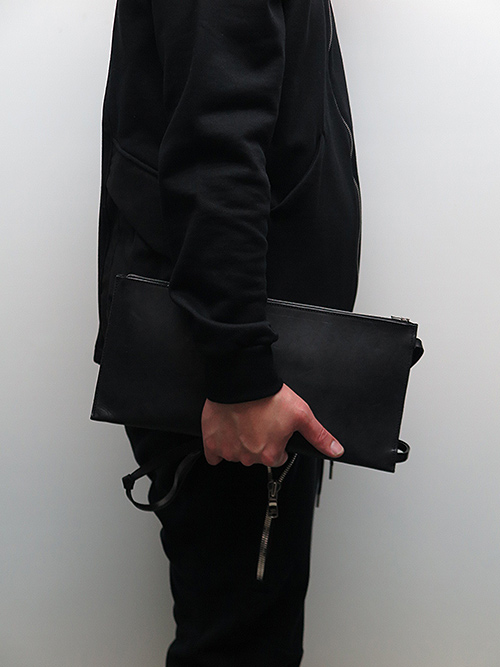 T.A.S・ティーエーエス/TANGLED STRAP CLUTCH BAG.