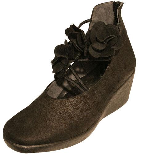 Put's プッツ 30201 ブラック【会員登録で送料無料&ポイント10%!】 Put'sは足もとと人を美しくするレディースシューズ・ブランド ふかふかクッションにゆったり幅のEEE かわいいコサージュのついた大人のためのショートブーツです