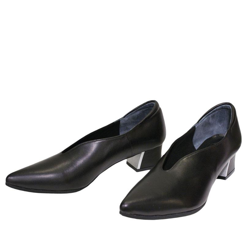 《Put's プッツ 8000》 ブラックスムース【会員登録で送料無料&ポイント10%!】 Put'sは足もとと人を美しくするレディースシューズ・ブランド ゆったり幅のEEE スリットの入ったモードに映えるパンプスです