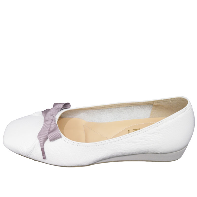 《FIZZ REEN フィズリーン》 3047 ホワイト【会員登録で送料無料&ポイント10%!】 魅せるデザインと歩きやすく痛くならない信頼の日本製レディースシューズ・ブランド ゆったり幅のEEE リボンが素敵なバレエ フラットシューズです
