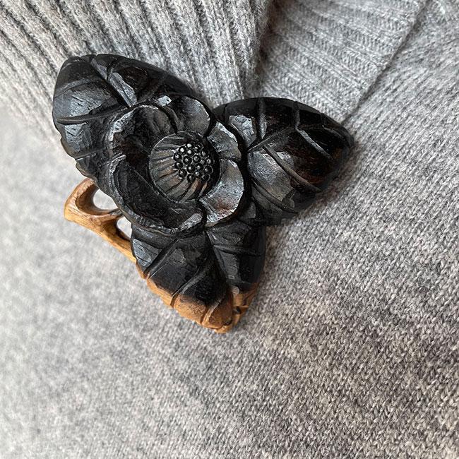 【黒柿】ブローチ 椿