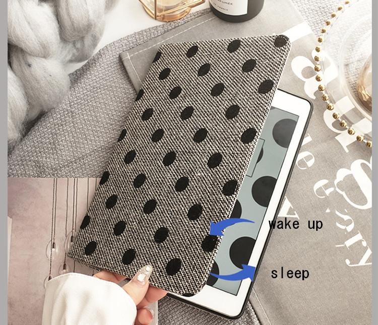 送料無料 iPad 10.2インチ(第7世代/2019)ケース アイパッド カバー タブレットPC  手帳型 ファーチャーム ストラップつき 段階調整 オートスリープ機能付き ドット柄 おしゃれ