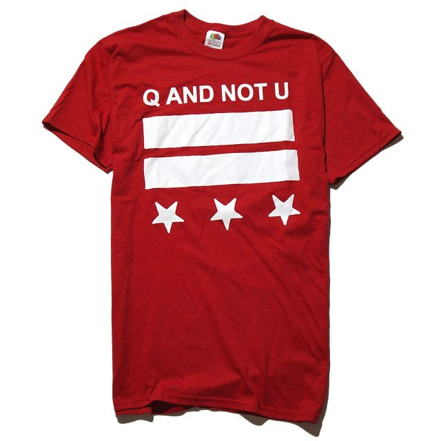 Q AND NOT U Tシャツ DC Logo - Red