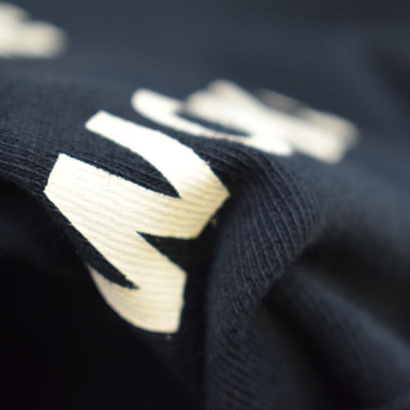 ニードルワークス Sidelogo big Tシャツ ブラック