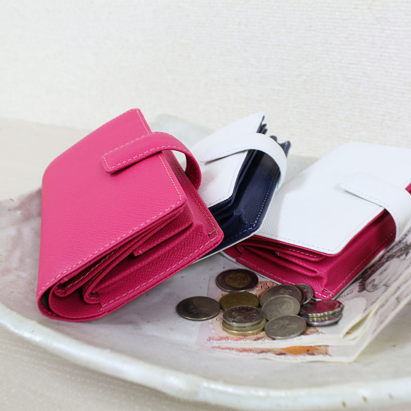官能を刺激する持ち心地。ハイクラスのエンボスレザーの手帳型財布 P131WW (ワープロラックスカーフ)(ボックス型小銭入付)