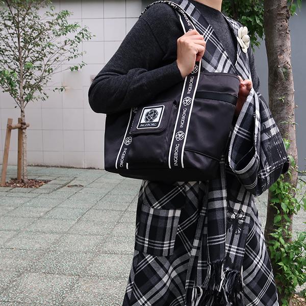 【EC先行販売】ロゴ&カメリアテープマットサテントートバッグポーチ付