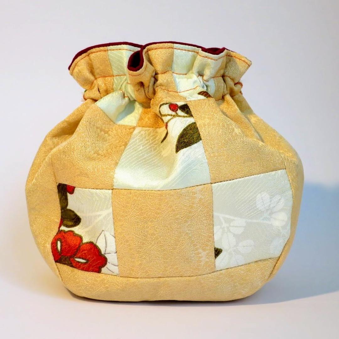和柄巾着(卯の花色×梔子色) by レインボーハウス(第二悠遊舎えどがわ)