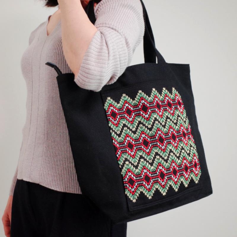 スウェーデン刺繍帆布バッグ、ファスナー付き、(縦型) by われもこう