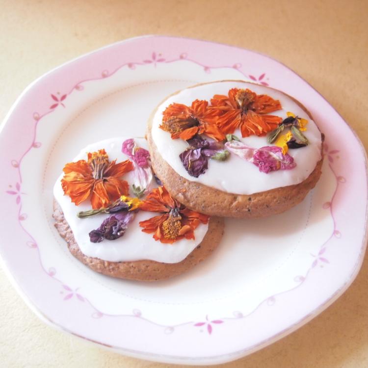 【食べれるお花★2枚】アリスの花園クッキー(送料無料・ギフト包装無料)アールグレイのクッキーで丘を作り、エディブルフラワーで花園を表現しました。アーティストが1つ1つ丁寧に作る手作りクッキーです(木曜迄の注文を翌週金曜迄出荷)