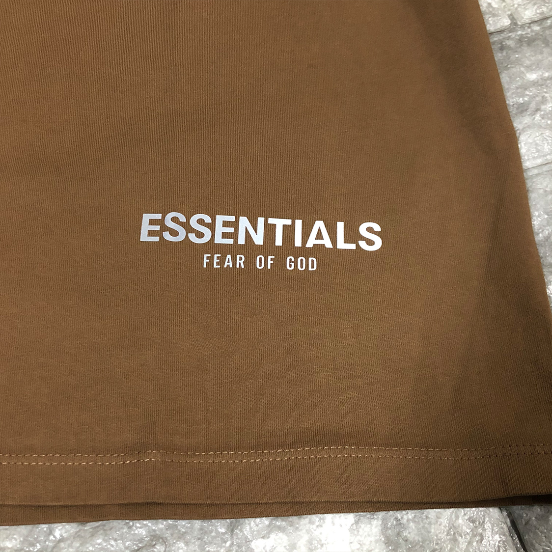 新品 Fear Of God Essentials フェアオブゴッド エッセンシャルズ 【Sサイズ】 ロゴ コア Tシャツ タン ブラウン FOG