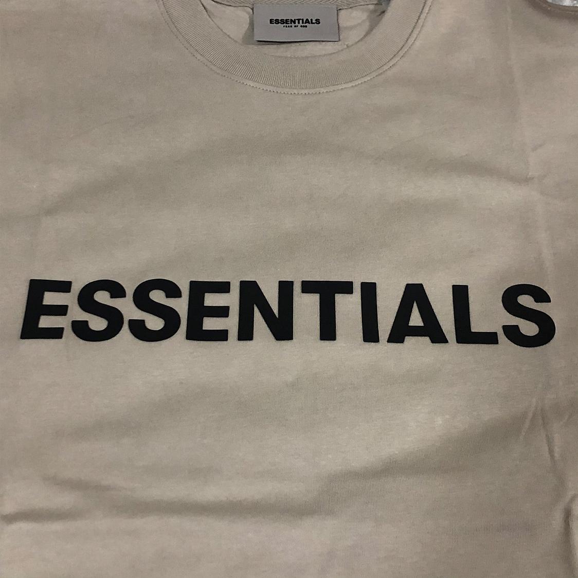 新作 新品 FOG Fear Of God Essentials フェアオブゴッド エッセンシャルズ 【Mサイズ】 LOGO TEE Tシャツ 半袖 エッセンシャル TAN タン フォグ