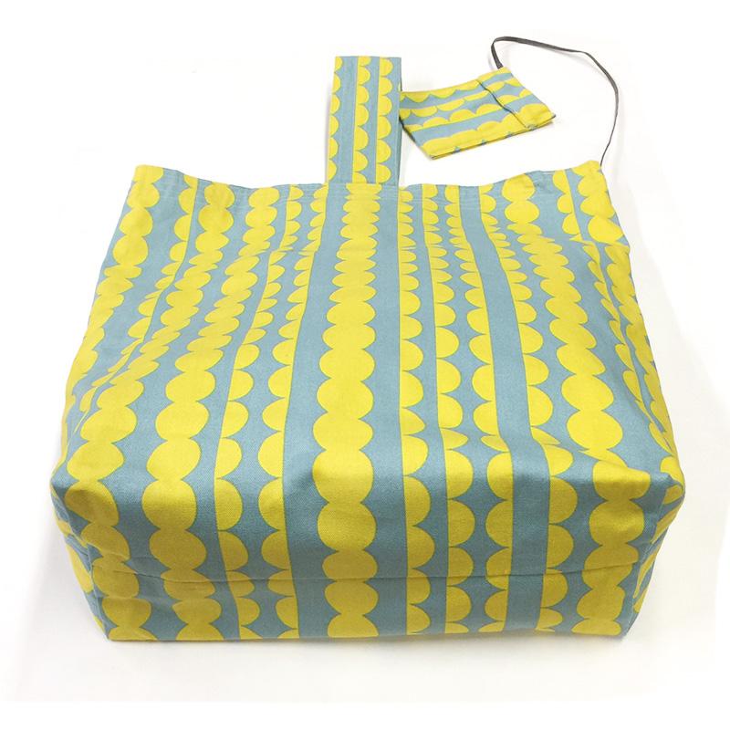 波模様のパスケースとワンハンドルのバッグ