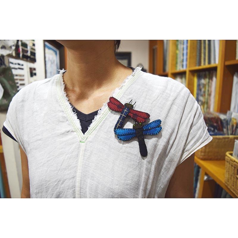 とんぼのブローチ(2個分)(作り方なし) 布で描くいきものたち掲載